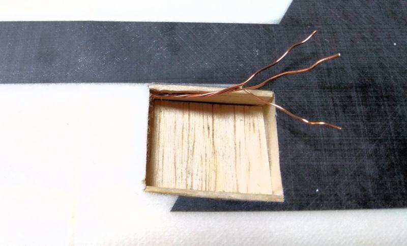 039 Los hilos para el cableado de servo ya introducidos en el ala