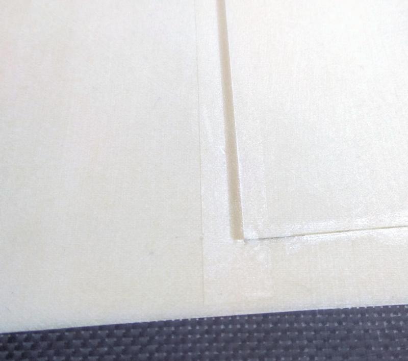 055 Ranura de bisagra del flap cubierta con cinta adhesiva
