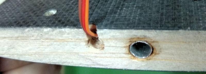 118 Salida del cable del servo por raiz del ala